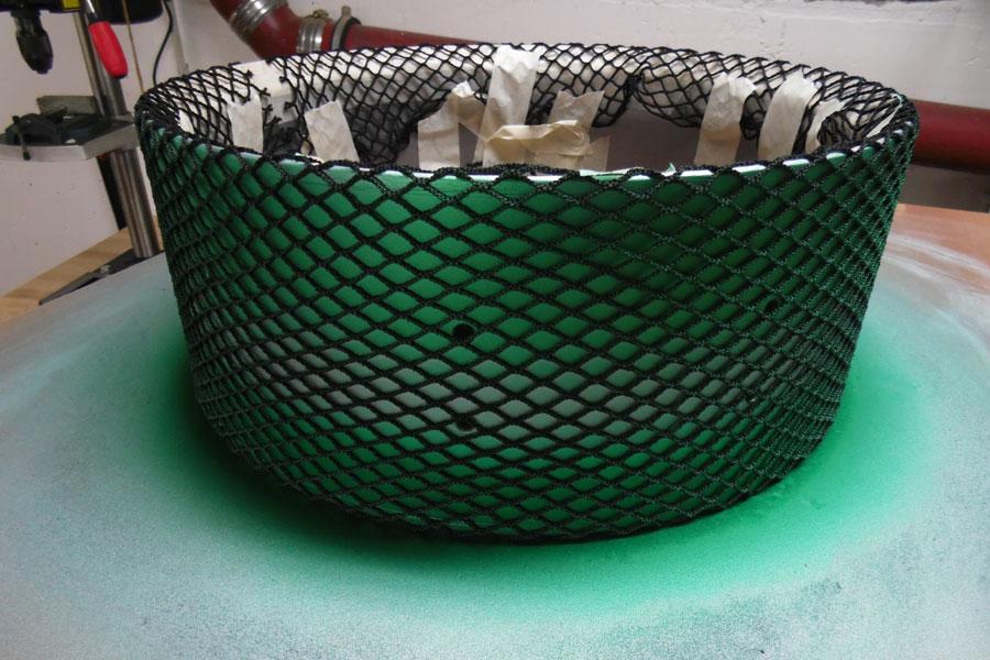 Das Netz gespannt, grün drüber, mittig etwas weniger Farbe auftragen